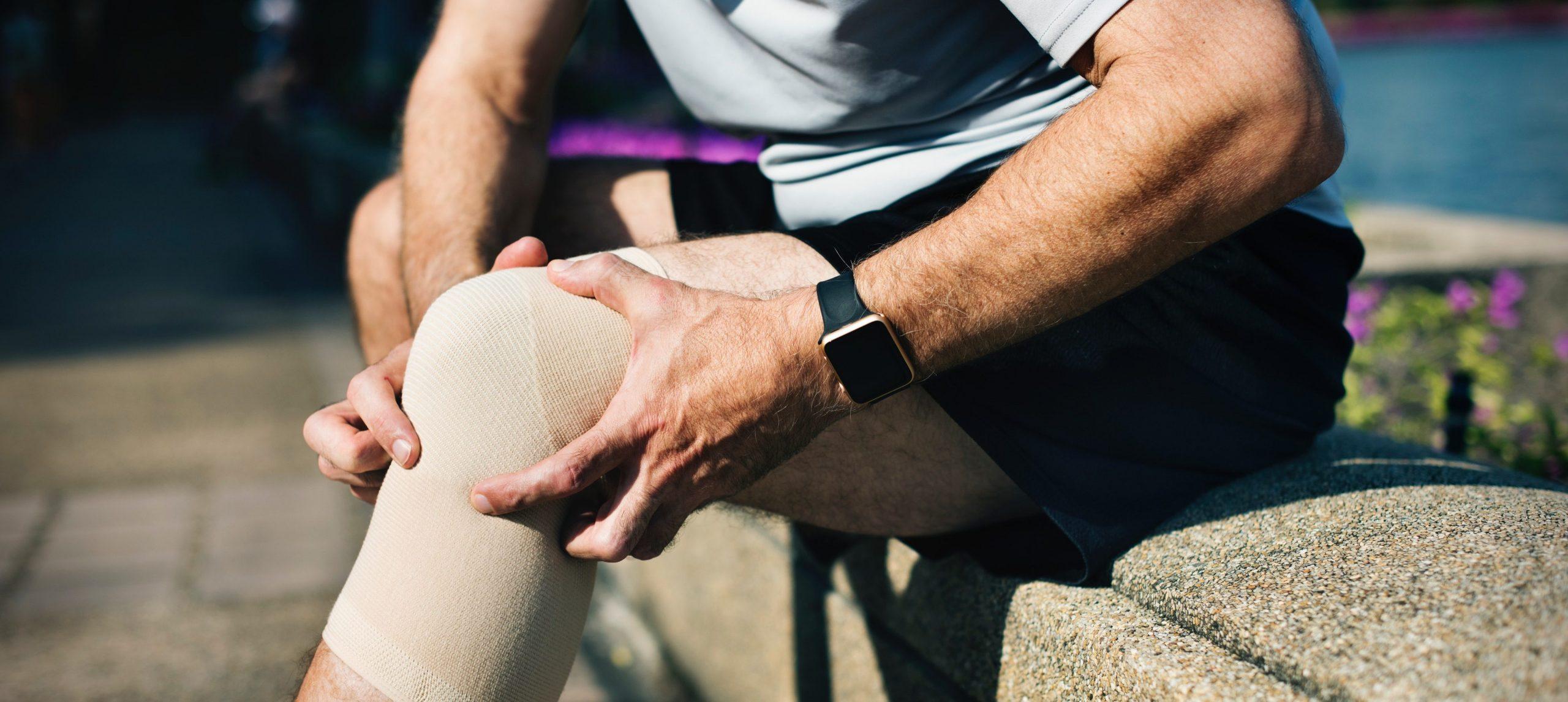 pessoa com psoriase - dor no joelho